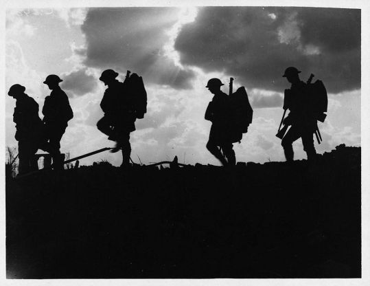 994px-Battle_of_Broodseinde_-_silhouetted_troops_marching