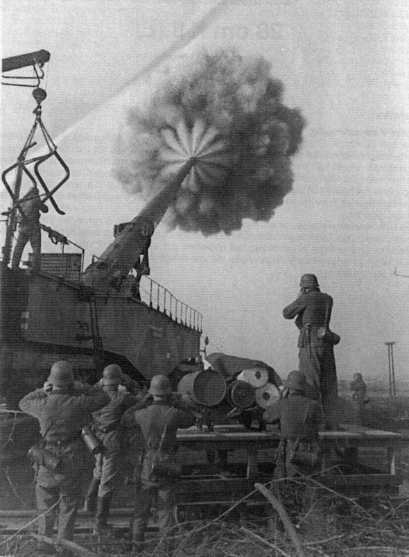 This is a Krupp K5. It fired 283mm, 255kg shells at 1120 m/s out of its 21m barrel to a range of up to 64 km.