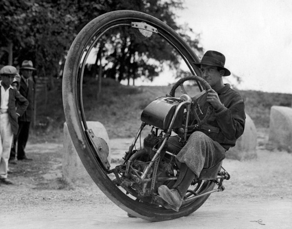 With 2 or three revisions from 1923 to at least 1933 the Motoruota was the most enduring Monowheel model of it's time. Here in 1931 with a Swiss customer, Mr Gerdes in Arles, France en route to Spain.