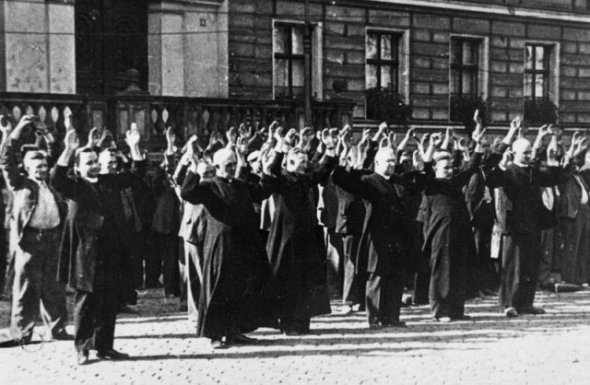 Bydgoszcz_1939_Polish_priests_and_civilians_at_the_Old_Market